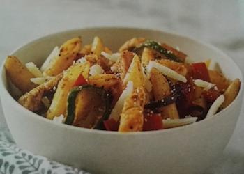 Pasta met groenten en kip